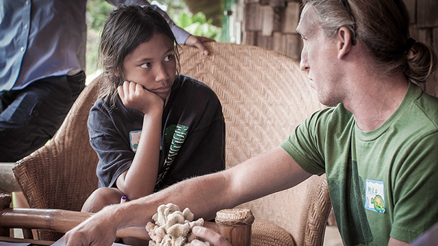 michael fox and native hawaiian student discussing coral
