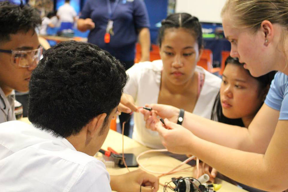 students assemble an rov