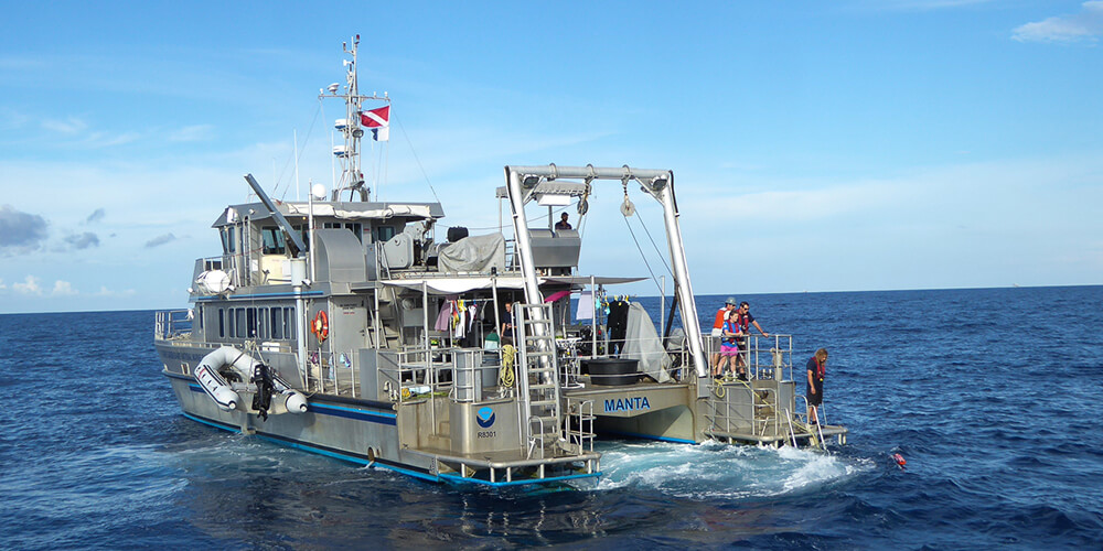 R/V Manta supports divers in Flower Garden Banks National Marine Sanctuary.